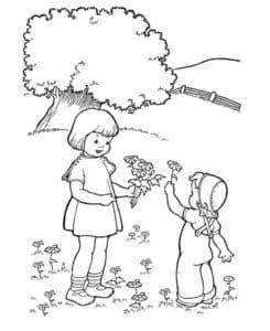 девочки на лужайке