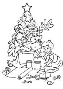 дети возле елки