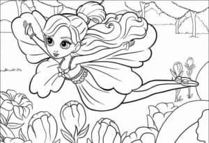 Маленькая фея летит над поляной