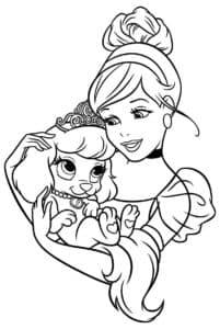Девушка держит собачку в короне