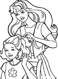 Мама расчесывает волосы дочке