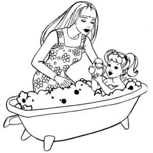 Мама купает дочку