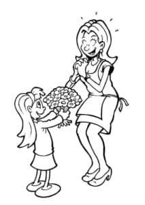 Дочка дарит маме цветы
