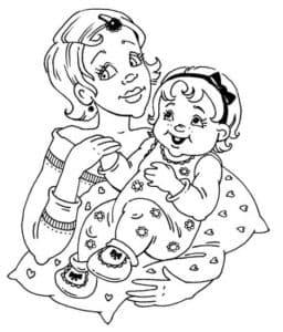 Мама держит дочку на подушке