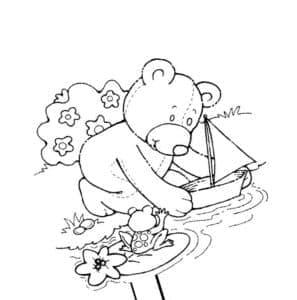 мишка Тедди запускает кораблик