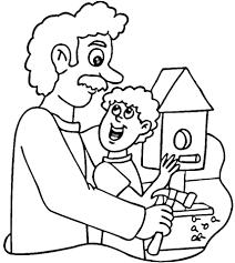 Папа с сыном делают скворечник