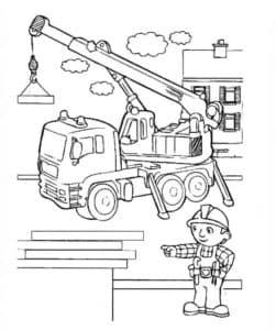 подъемный кран и строитель