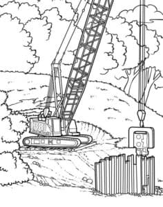 подъемный кран строит забор