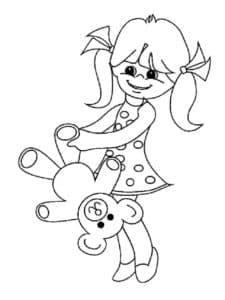 Девочка играет с медвежонком