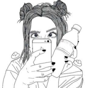девушка с телефоном и водой
