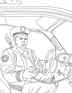 Полицейский с рацией в машине