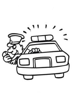 Полицейский передает по рации