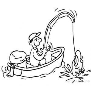 Рыбак на лодке вытаскивает большую рыбу
