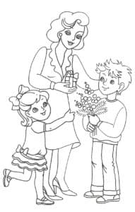 Дети дарят маме подарки