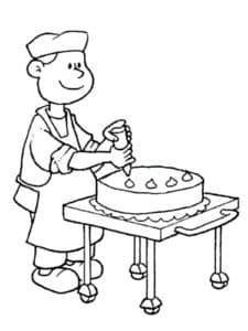 кондитер украшает торт