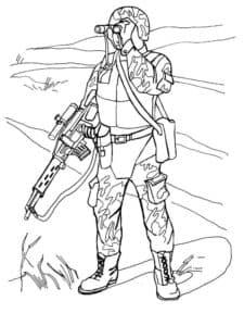 Военный смотрит в бинокль раскраска