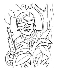 Солдат спрятался в листьях
