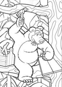 Медведь занимается строительством
