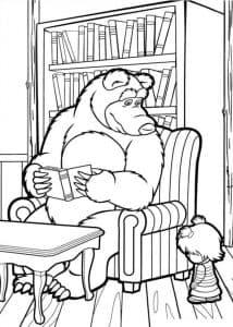 Мишка читает книгу на кресле