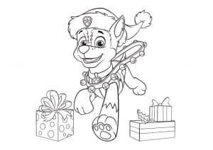 Гонщик возле новогодних подарков